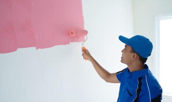 Una pared rosa para hará más cálido tu hogar