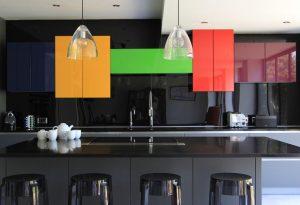 diseño de cocina con gabinetes coloridos