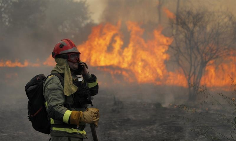 bombero apagando incendio