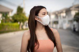 mujer con mascarilla protectora