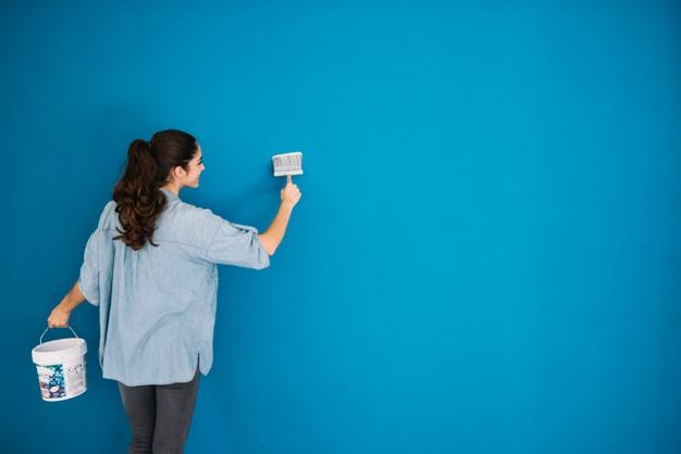 mujer pintando interiores