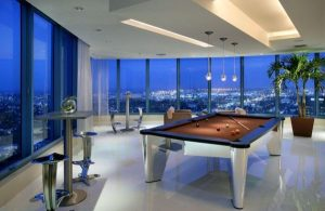 sala de juegos con mesa de billar